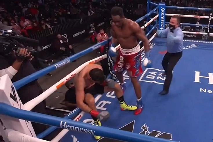 Боксёр Хулиан Фернандес провоцировал Фрэнка Санчеса и улетел в глубокий нокаут, видео