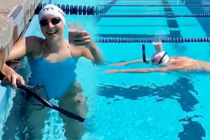 Пловцы устроили забаву со стаканом в бассейне