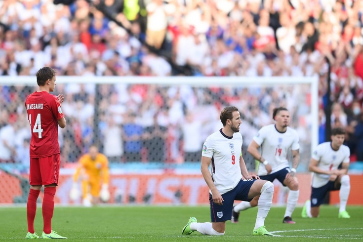 «Встаньте на колено или ничего не говорите». В Англии недовольны жестом сборной Дании