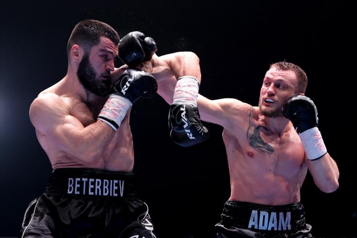 Артур Бетербиев нокаутировал Адама Дейнеса на вечере бокса в Москве, видео