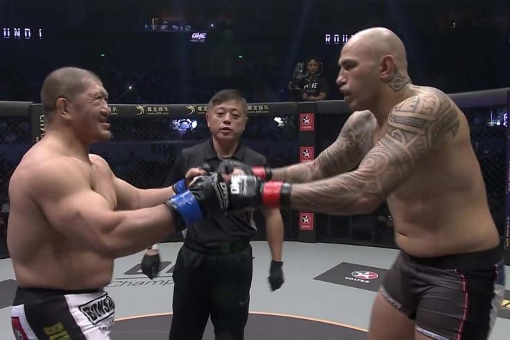 Пузатый Шрек не выдержал удара ногой. Лёгкая победа экс-звезды UFC. Видео