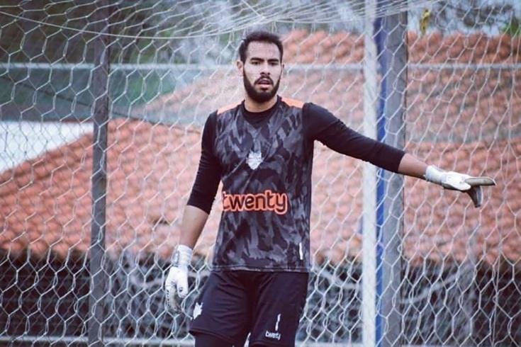 В Парагвае вратарь решил обвести соперника, но заб