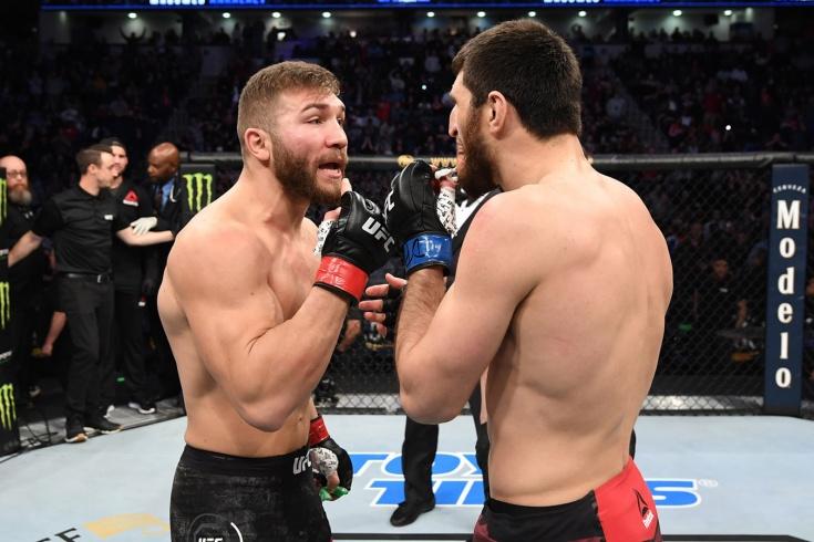 Боец UFC начал кривляться, изображая нокаут. Судья поверил и засчитал поражение. Видео