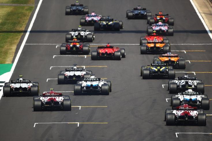 «Ред Булл» перехитрил «Мерседес»! Макс выиграл Гран-при 70-летия, Квят — в очках