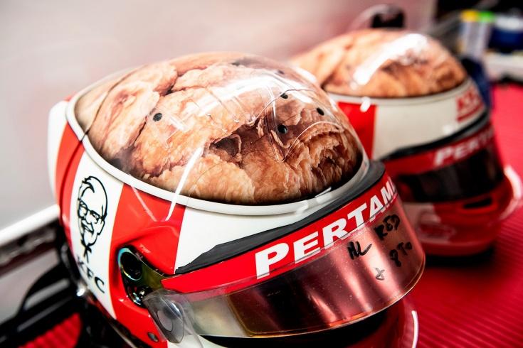 Гонщики «Формулы-1» массово поменяли шлемы в честь тысячного Гран ... | 490x735
