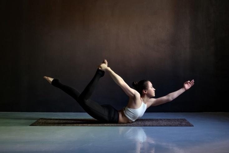 Позы йоги, которые тренируют кор