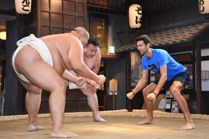 «Небольшая нехватка веса». Как Новак Джокович пытался сдвинуть с места борца сумо