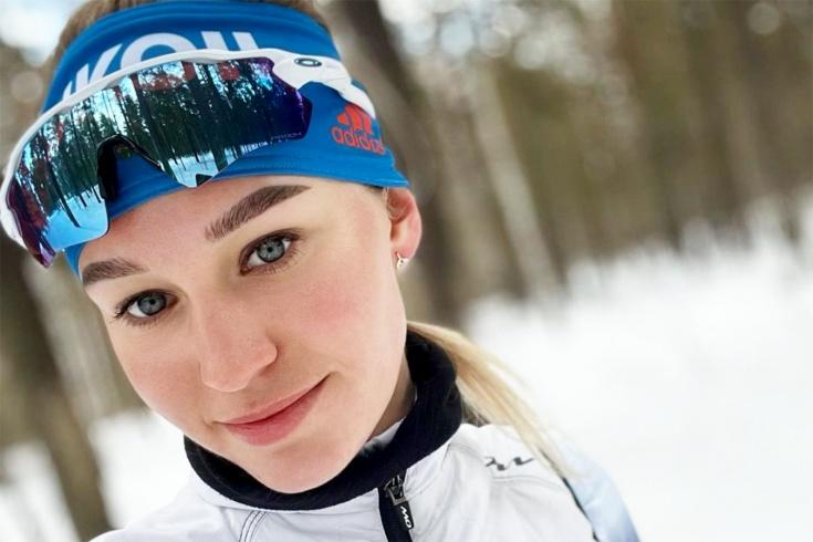 Лыжница в норвежской форме