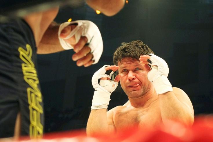 Олег Тактаров упал в нокаут после удара от лежащего на настиле соперника
