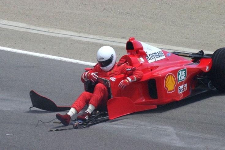 История легендарного фото с «Феррари» Формулы-1: почему вместо носа торчат ноги пилота?