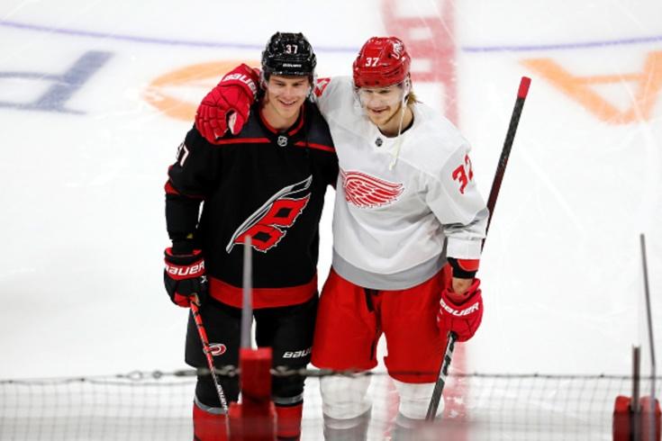 «Каролина» — «Детройт» — 5:2, видео, голы, дуэль братьев Свечниковых, обзор матча регулярного чемпионата НХЛ — 2021