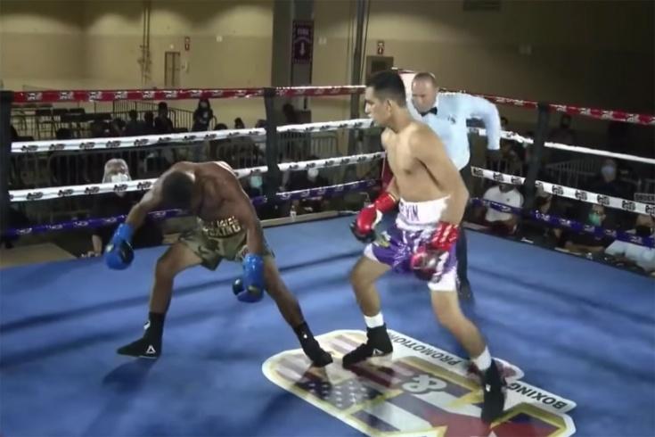 Невероятный нокаут! «Уснувший» боксёр завис как в «Матрице» и не мог упасть. Видео