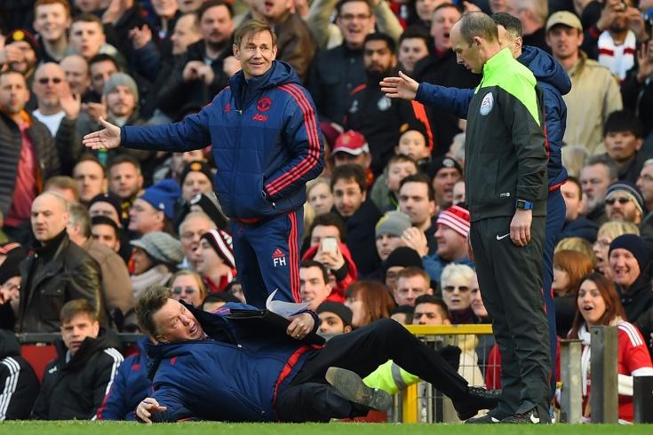 Падение Луи ван Гала в матче «Манчестер Юнайтед» — «Арсенал» — видео