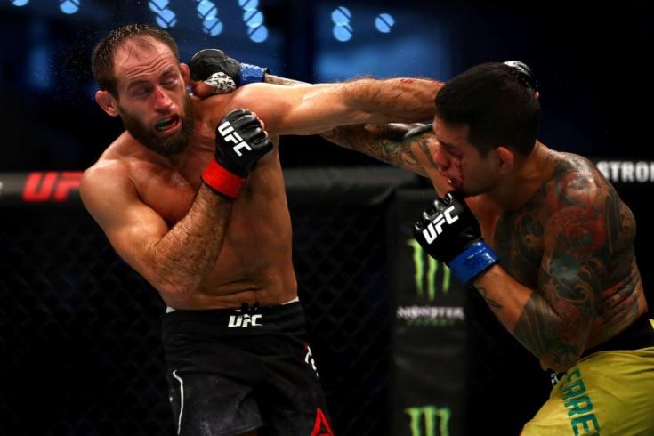 Россиянин вырубил пятерых в UFC, но получил увольнение. Как такое возможно?
