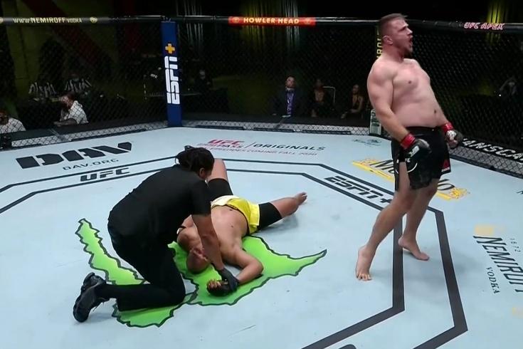 Александр Романов победил Маркоса де Лиму удушающим приёмом, UFC Vegas, видео