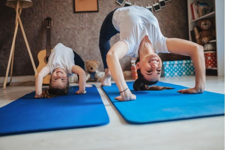 Как тренироваться на самоизоляции дома с ребёнком? Спортивные лайфхаки. Видео