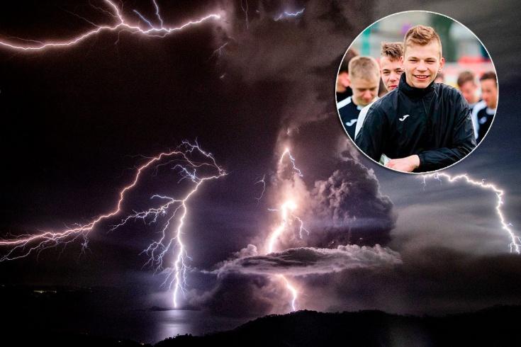 Момент удара молнии в 16-летнего вратаря из ПФЛ по