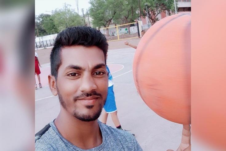Индиец Насиф Мунши делает умелые трюки с баскетбольным мячом