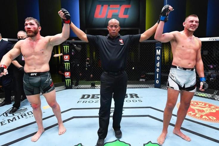 Бой Иона Куцелабы и Дастина Джейкоби на UFC Вегас 25 закончился вничью, видео