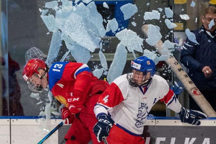 Матч юниорских сборных России и Чехии остановили из-за разбитого стекла, видео момента