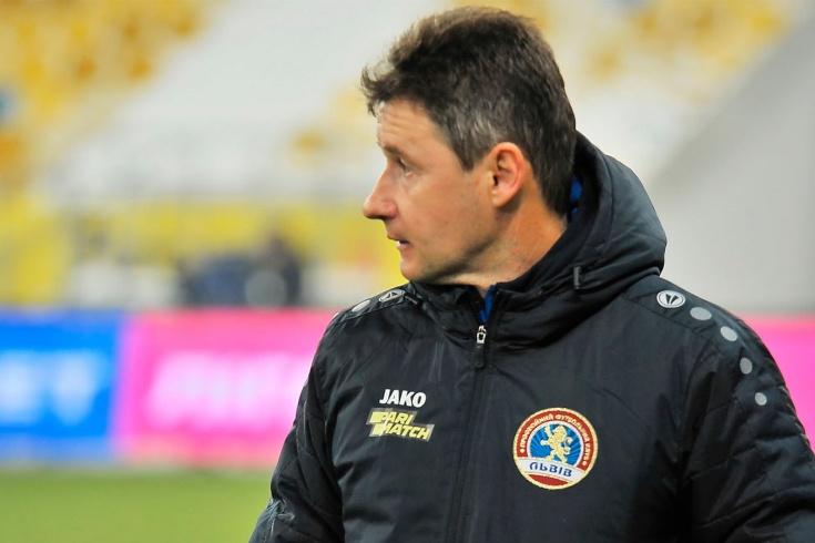Тренер с карточкой за отказ говорить на русском