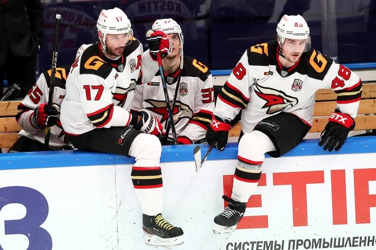 «Авангард» теряет лидеров, пара судей провалила два дерби подряд. Что происходит в КХЛ