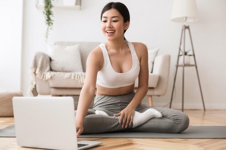 Чем заняться дома летом? Список онлайн-активностей: йога, праздники, курсы и лекции