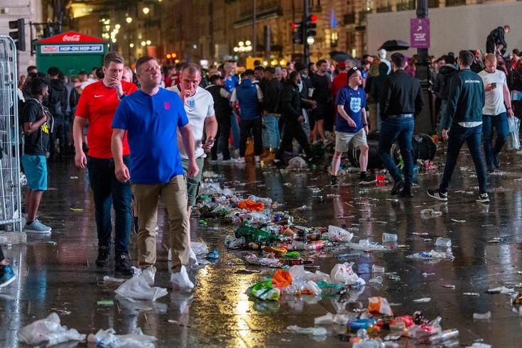 Праздник, который хочется забыть. На финале Евро Лондон утонул в мусоре и моче