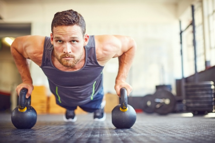 Как тренироваться дома с инвентарём? Упражнения с гирями и фитнес-резинкой, видео