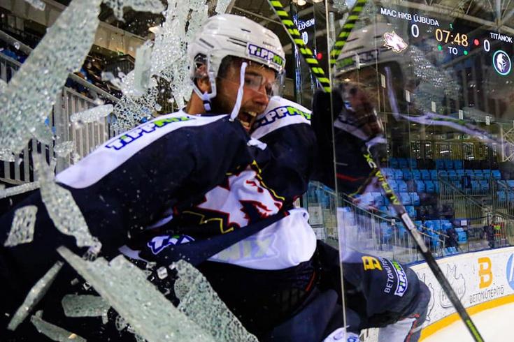 Курьёз года. Венгерский хоккеист разбил защитное стекло и вылетел с площадки