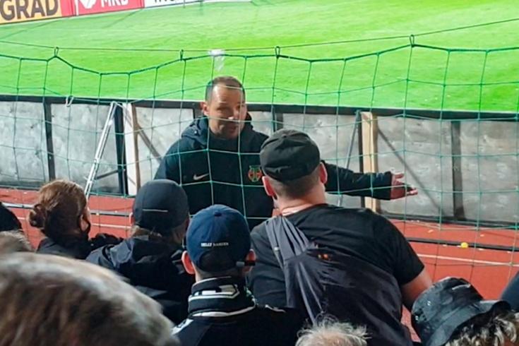 «Посмотрите, как поддерживают нормальные команды!» Игнашевич зарубился с сотней фанатов