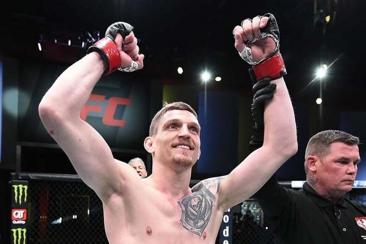 UFC: Давид Дворжак победил удушающим приёмом