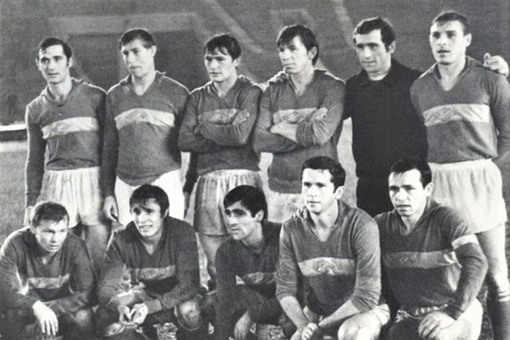 Василий Калинов — третий слева в верхнем ряду