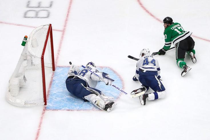 Василевский и Кучеров снова побили рекорды НХЛ! И мило обнялись после победы (видео)