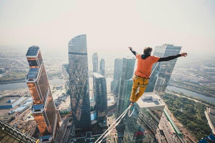 Экстремал прошёл по стропе между московскими небоскрёбами – видео захватывает дух