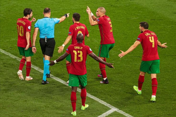 «Они убивают футбол!» Испанский судья взбесил в одном матче болельщиков обеих сборных