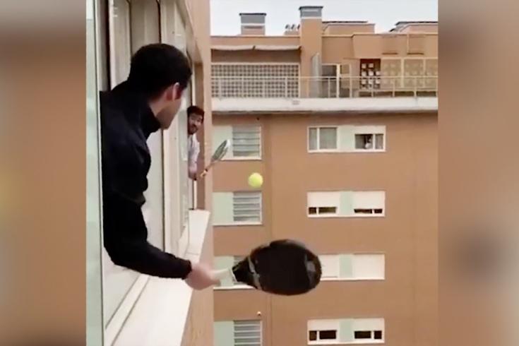 Оконно-балконный теннис в условиях самоизоляции, видео