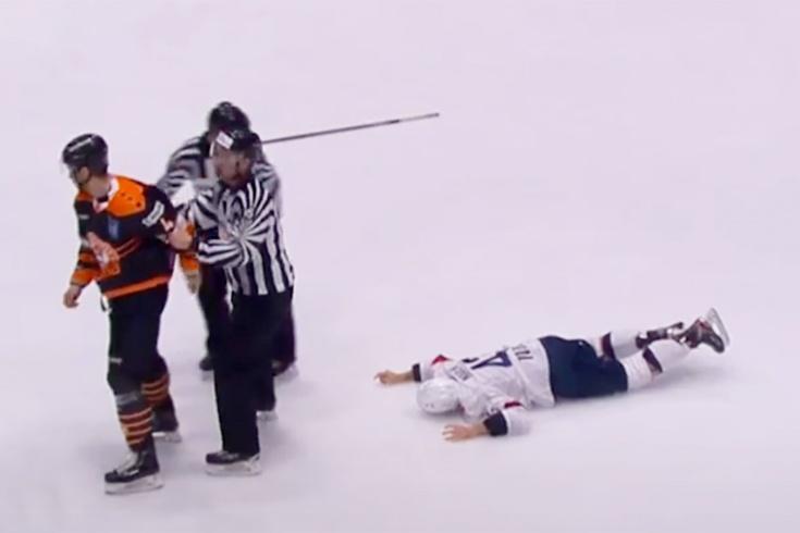 «Он ничего не помнит». В Словакии хоккеиста отправили в глубокий нокаут одним ударом