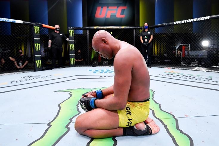 «Силва больше никогда не должен драться». Избиение ветерана UFC растрогало бойцов