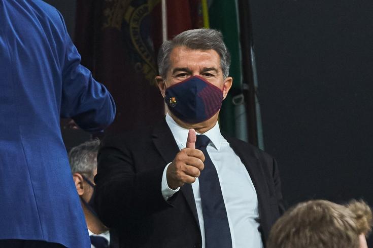 Сюрреализм в «Барселоне»: Лапорта публично поддержал Кумана, но запрещает общаться со СМИ