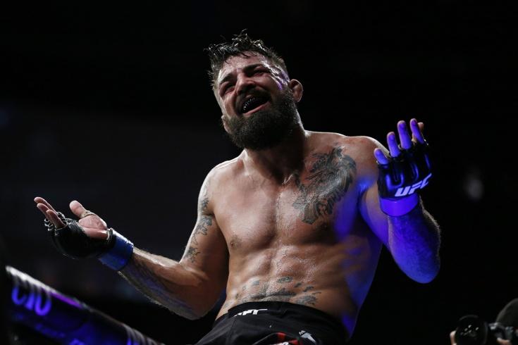 Боец UFC Майк Перри нокаутировал пожилого мужчину, видео